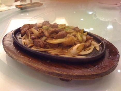 Beef Cubes with Onions (铁板牛柳)